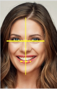 חיוך סימטרי-מקביל לקו העיניים